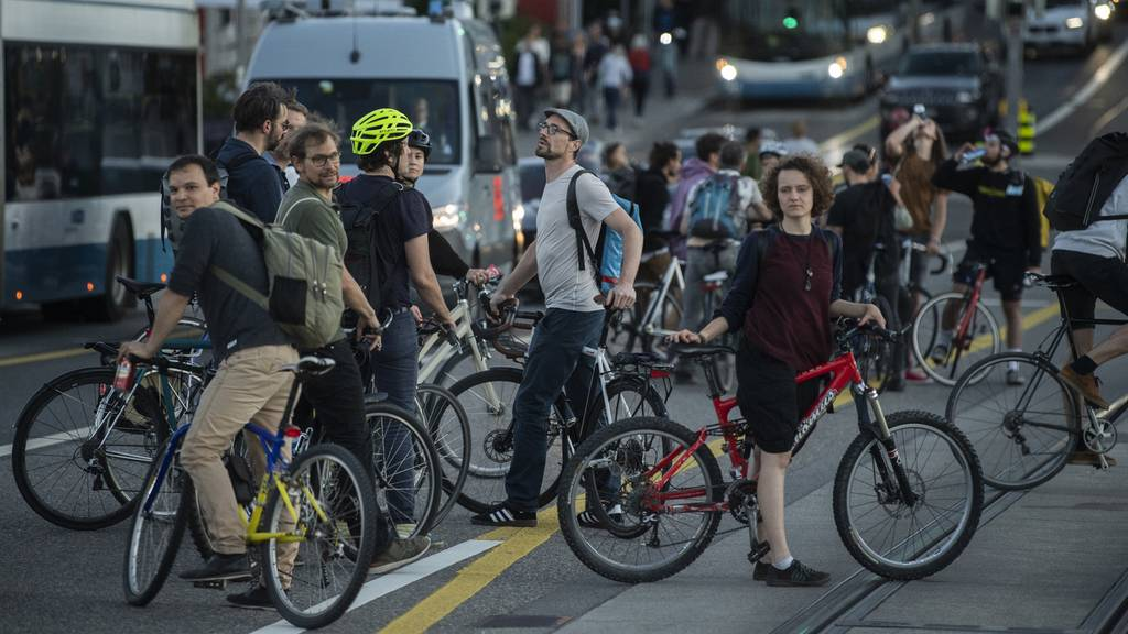 Velo-Demo in Zürich legt Verkehr lahm