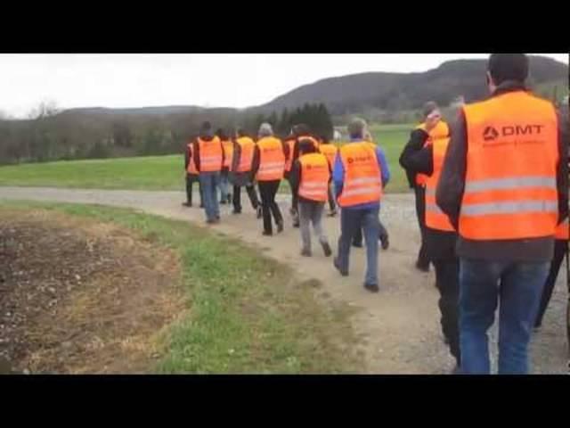 So funktionieren seismische Messungen: Mitarbeitende der Nagra informieren sich im Raum Fisibach vor Ort.
