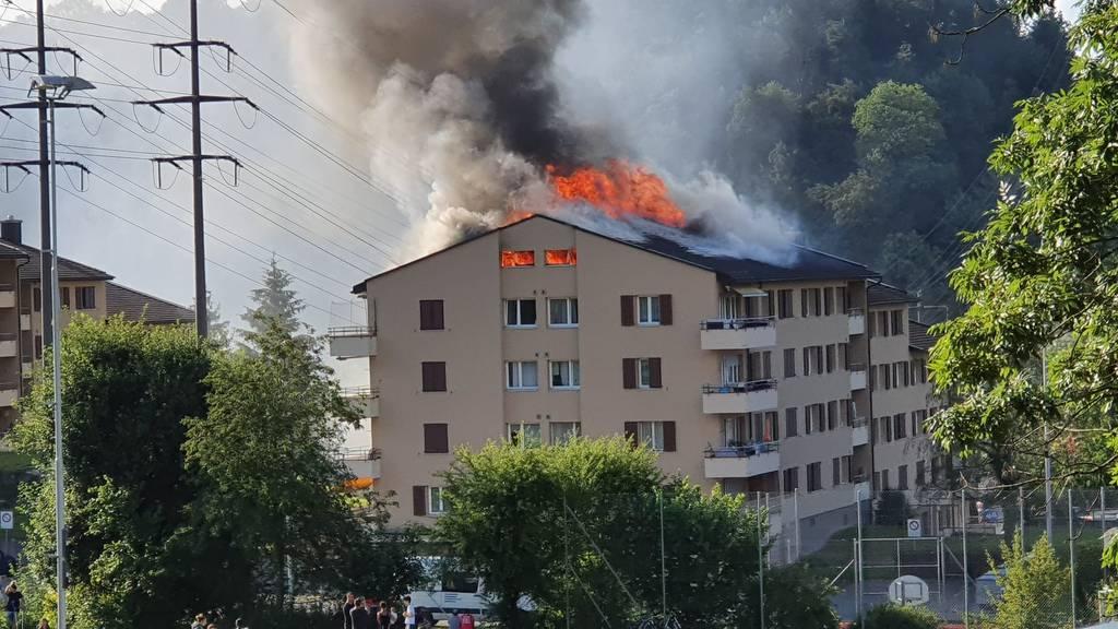 Nach Dachstockbrand: 2 Personen im Spital