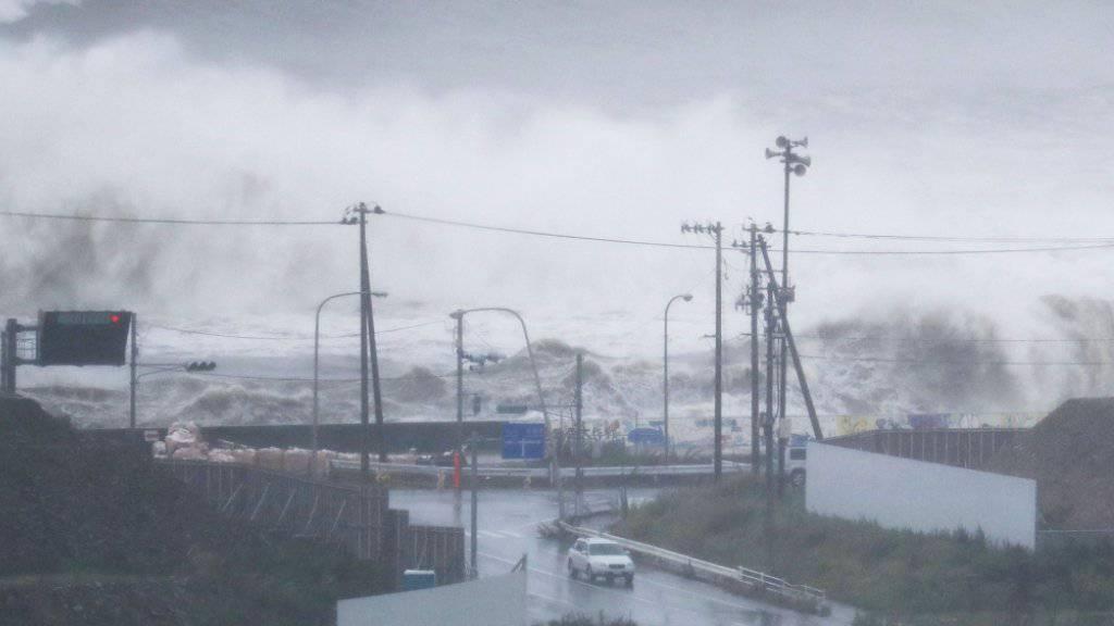 Der Taifun peitscht das Meer vor Ishinomaki auf: Die Menschen in der Provinz wurden aufgerufen, sich vor dem Unwetter in Sicherheit zu bringen.