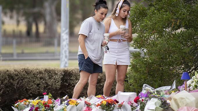 Mehr als 1000 Menschen haben in Melbourne an einer Trauerfeier teilgenommen für eine israelische Studentin, die von einem 20 Jahre alten Rapper vergewaltigt und getötet worden sein soll.