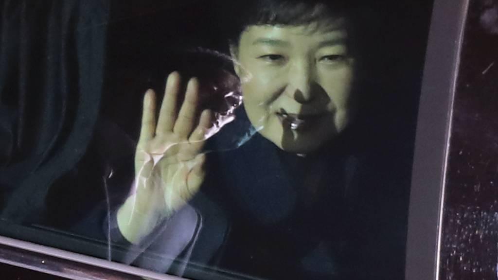 Ex-Präsidentin Park Geun Hye winkt bei der Fahrt zu ihrer Privatresidenz ihren Anhängern vom Auto aus