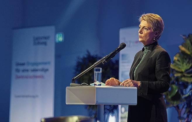 Karin Keller-Sutter weibelt an einer Veranstaltung in Luzern.