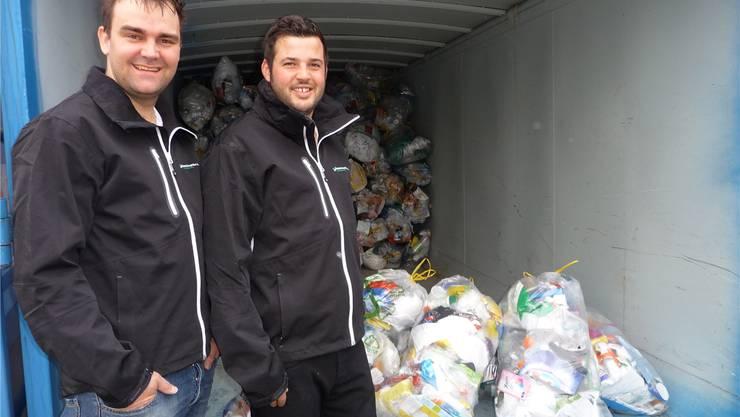 Michael Kunz und Christof Neuenschwander vor der Kunststoff-Sammelstelle in Lohn-Ammannsegg.