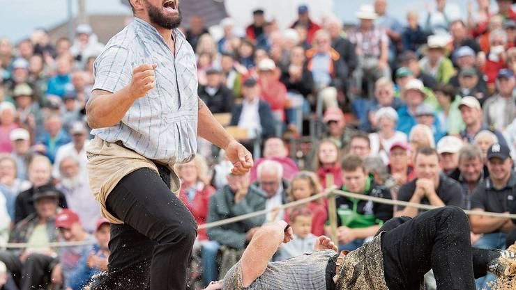 Michael Bless (links) jubelt über den Sieg gegen Markus Schläpfer im Schlussgang des Appenzeller Schwingfests in Stein. Bild: Urs Bucher