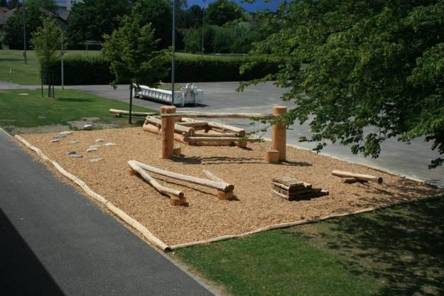 Silva Parcours in Zuchwil: Auf Bewegungselementen aus Holz, Steinen und Seilen dürfen alle ihre Geschicklichkeit trainieren.