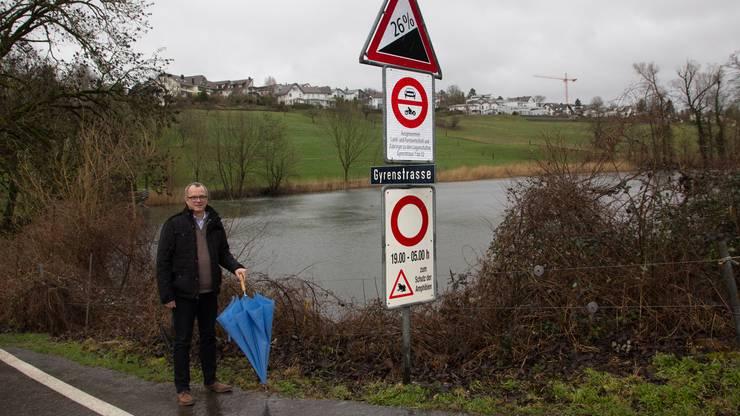 2019: Gemeinderat Frank Bonnemeier an der gesperrten Eggenwiler Gyrenstrasse.