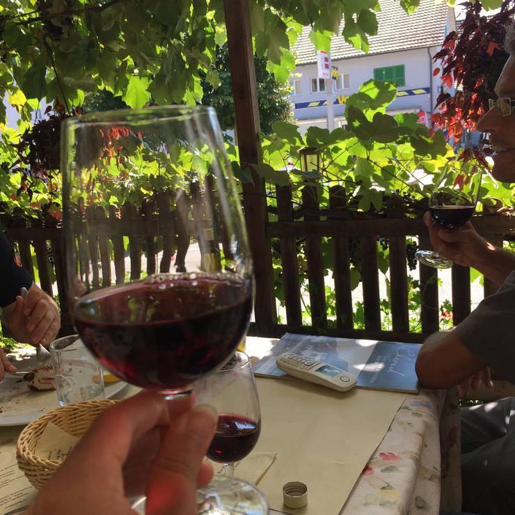 Sogar mit einem Glas Wein werden unsere Wanderesel hier verwöhnt.