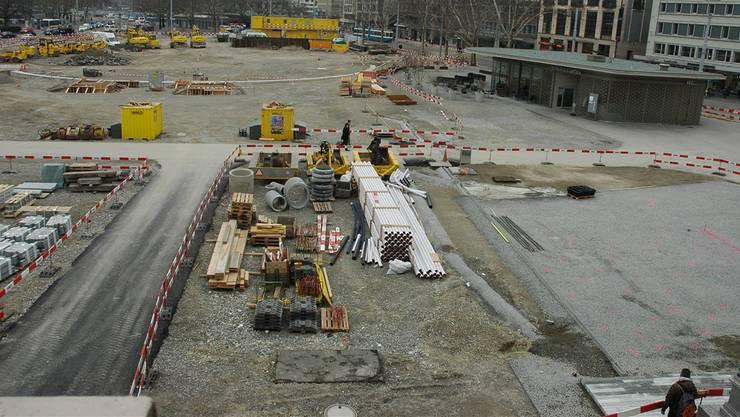 Die Baustelle Sechseläutenplatz vom Opernhaus aus gesehen. Vorne rechts der neue Bodenbelag aus Valser Quarzit.