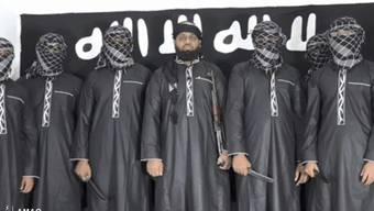 Ein Bild der Amaq, der Nachrichtenagentur der Terrororganisation Islamischer Staat, zeigt in der Mitte Zahran Hashmi, den mutmasslichen Anführer der Selbstmordattentäter an Ostern in Sri Lanka.