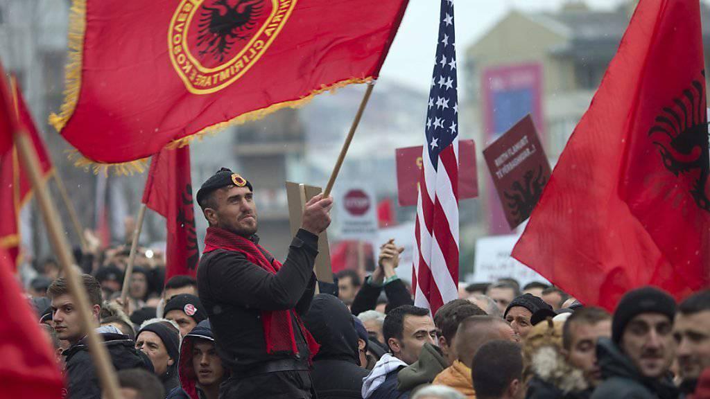 Anhänger der Opposition demonstrieren in Pristina.