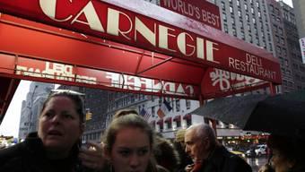 Leute warten vor dem Carnegie Deli, um ein letztes Sandwich zu kriegen.