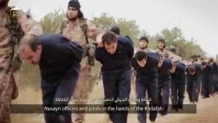 Der Video-Screenshot zeigt IS-Kämpfer, die gefangen genommene syrische Offiziere abführen. Später werden sie enthauptet. Bild: AP/Keystone (16. November 2014)