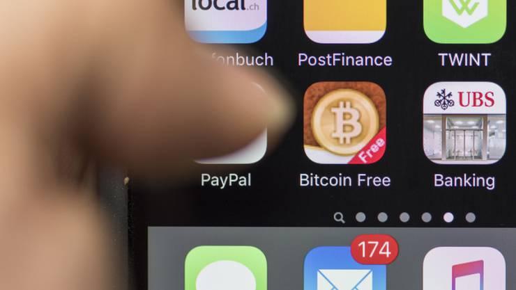 Zahlungen leicht gemacht mit dem Handy: für Schweizerinnen und Schweizer spielen mobile Zahlungslösungen bislang eine unbedeutende Rolle. (Archiv)