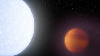 Der Stern Kelt-9 im Sternbild Schwan ist rund doppelt so heiss wie die Sonne und wird vom Planet Kelt-9b sehr eng umkreist. Deshalb herrschen dort rund 4000 Grad Celsius. (Illustration)