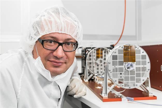 Projektleiter Säm Krucker übergab STIX eigenhändig der ESA, damit es in die Raumsonde eingebaut werden konnte. Bild: zvg/Jan Hellman
