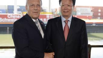 Johann Schneider-Ammann und Yu Jianhua am Dienstag in Basel