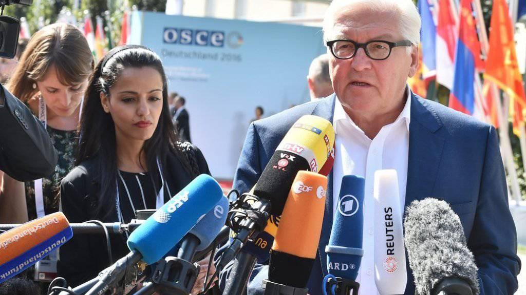 Deutschlands Aussenminister Frank-Walter Steinmeier spricht am Donnerstag in Potsdam zu den Medien.