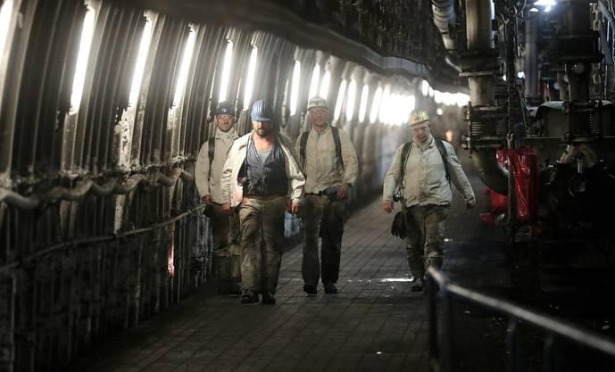 Diese Männer arbeiten 1200 Meter unter der Erde und riskieren dafür ihre Gesundheit.