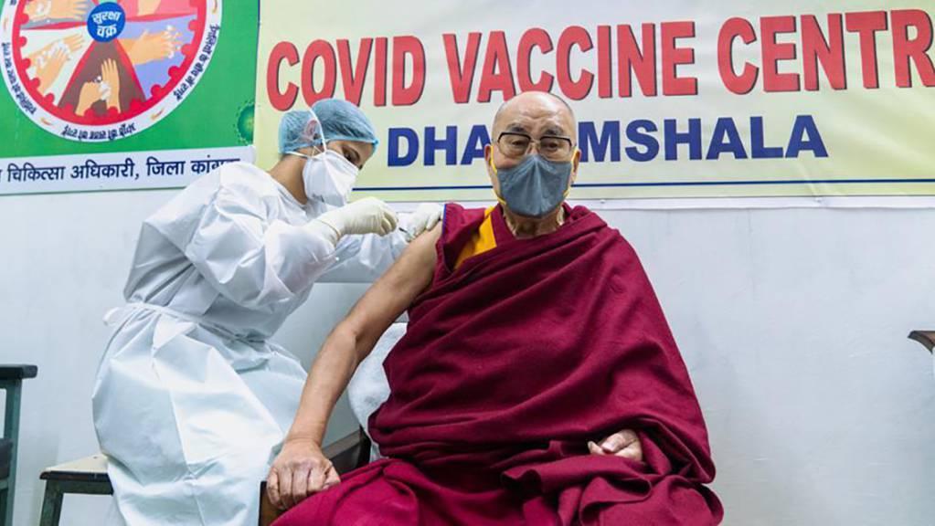 dpatopbilder - HANDOUT - Der Dalai Lama, das tibetische geistliche Oberhaupt, erhält eine Impfung gegen das Coronavirus im Zonal Hospital. Foto: -/Office of his Holiness the Dalai Lama/AP/dpa - ACHTUNG: Nur zur redaktionellen Verwendung und nur mit vollständiger Nennung des vorstehenden Credits