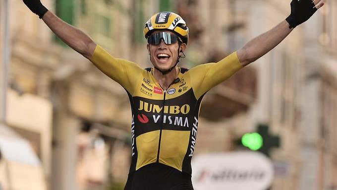 Der Belgier Wout Van Aert freut sich in Sanremo über seinen Sieg am ersten grossen Klassiker des Jahres