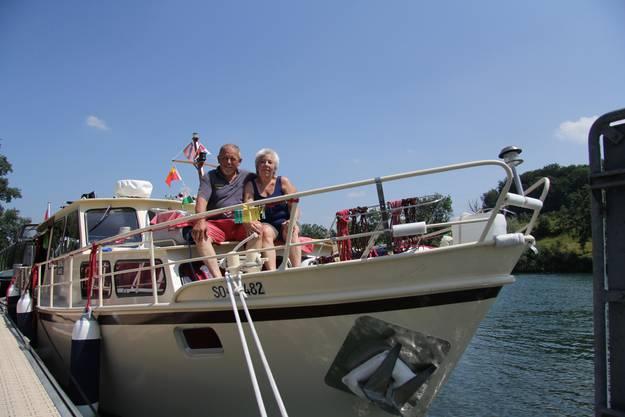 Peter und Esther Wentz auf ihrer «Digi Basel» am Solothurner Bootshafen