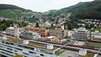 Baden (vorne) und Ennetbaden sind gemäss Immobilien-Experten begehrte Wohnorte – unter anderem dank der hervorragenden Infrastruktur. Archiv/PKR