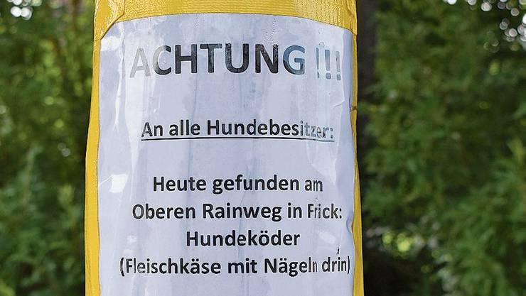 Ein Plakat warnt in Frick vor Ködern mit Nägeln drin.