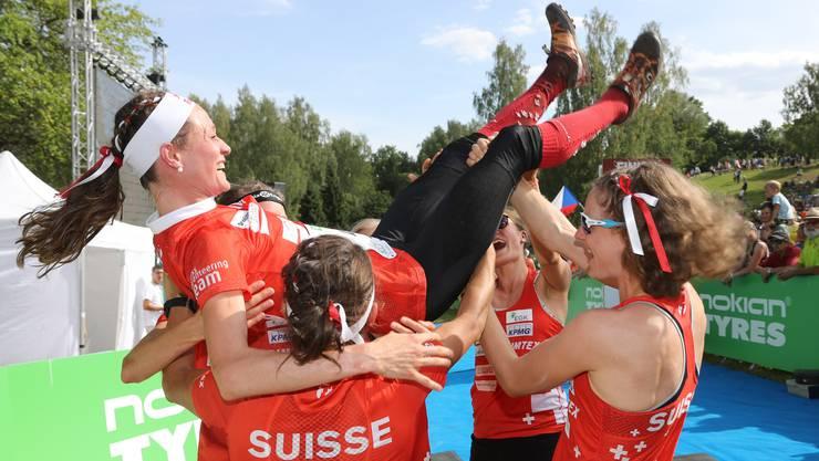 Judith Wyder wird als Schlussläuferin von ihren Teamkolleginnen gefeiert. Gerade eben hat die Schweiz WM-Gold im Orientierungslauf gewonnen.