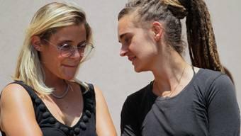 Carola Rackete im Gespräch mit Giorgia Linardi (links), Sprecherin von Sea-Watch, nach der Anhörung durch die sizilianische Justiz in Agrigent.