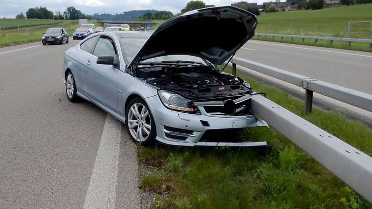 Der Autofahrer hat während eines Sekundenschlafs die Kontrolle über sein Fahrzeug verloren.