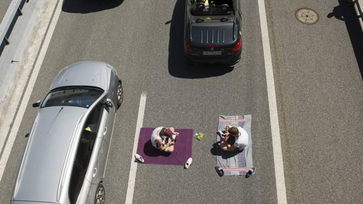Zwei Ferienreisende haben es sich am Freitag beim Stau auf der A2 zwischen Erstfeld und Göschenen gemütlich gemacht.