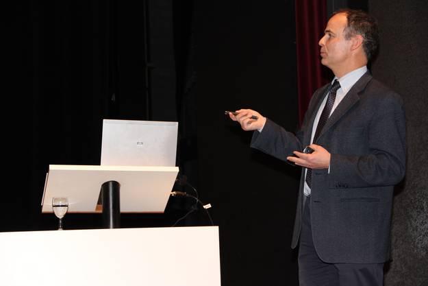 Projektleiter Adrian Humbel erläutert das Projekt équilibre