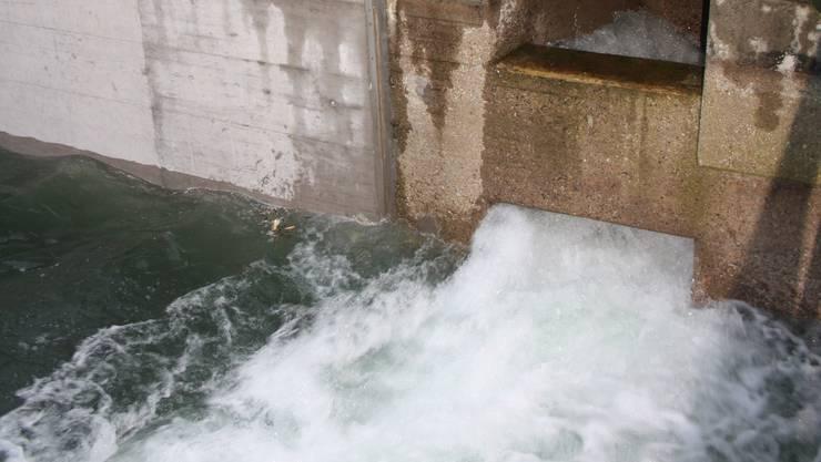 Die Handschieber werden nur zu 60 bis 70 Prozent geöffnet, um zu verhindern, dass das Wasser mit voller Wucht auf den Kanalboden prallt.