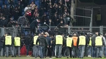 Sion-Fans stürmen in der Pause den Platz. Nach dem Spiel kam es zu Scharmützeln mit der Polizei.