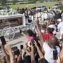 dpatopbilder - Der Sarg von George Floyd wird in einer weißen Kutsche auf den Friedhof Houston Memorial Gardens transportiert. Foto: Bob Daemmrich/ZUMA Wire/dpa