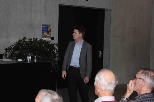 Auch Frank C. Krysiak beweist es in seinem Vortrag, dass es sich lohnt in erneuerbare Energien zu investieren.