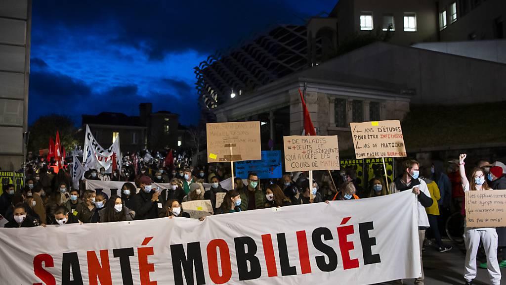 Mehrere hundert Menschen forderten in Lausanne bessere Bedingungen für das Gesundheitspersonal.