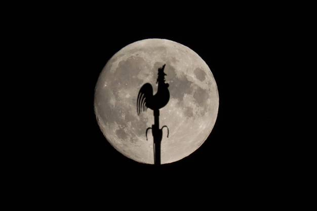 Es herrscht klares Wetter, so sind die Mondstrukturen gut sichtbar. Der Hahn auf dem Kirchturm Muttenz hat sich leicht gedreht.