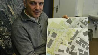 Am Augraben solls grünen: Stefano Righetti, Leiter der Tiefbauabteilung, zeigt den Ausführungsplan.