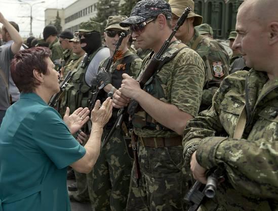Eine Frau spricht die pro-russischen Kräfte in Donetsk an.