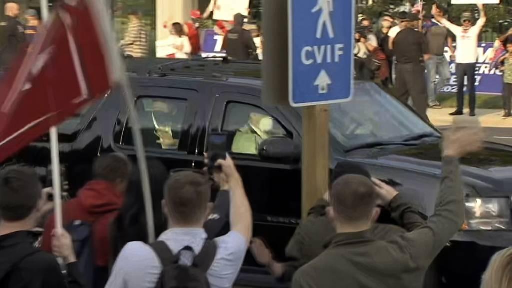 In diesem Videostandbild fährt US-Präsident Trump vor dem Walter-Reed-Militärkrankenhaus an seinen Anhängern vorbei. Foto: Carlos Vargas/AP/dpa