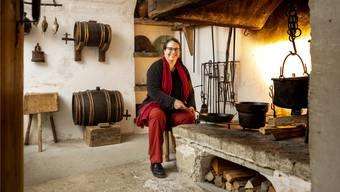 Die rauchgeschwärzte Schlossküche auf der Lenzburg birgt viele Geschichten, weiss Historikerin Angela Dettling.