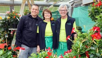 Martin, Rita und Christian Vogel (von links) mitten in ihrer Blumenpracht
