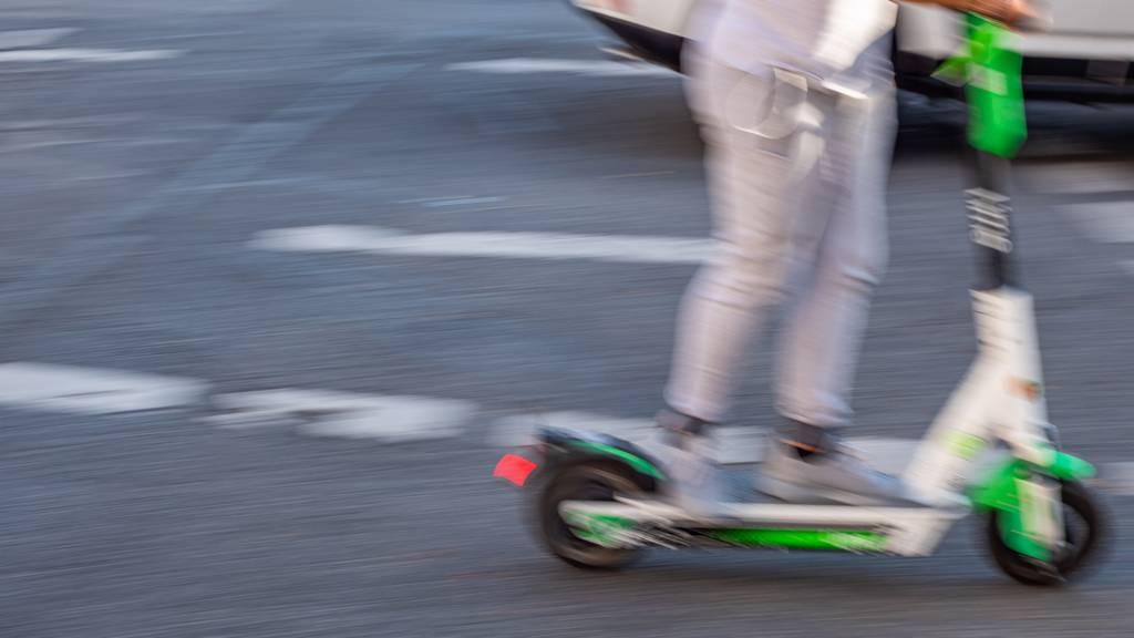 Mädchen fährt mit Kickboard in Auto – und läuft weg