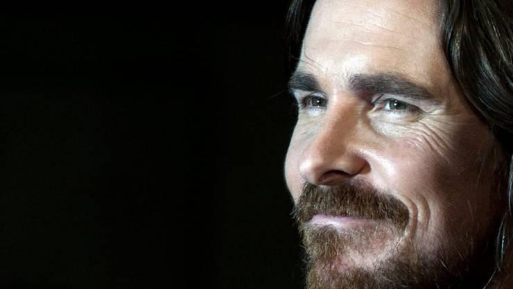 Der britische Schauspieler Christian Bale freut sich über die Schülerinnen und Schüler, die in den USA lautstark schärfere Waffengesetze fordern. (Archivbild)