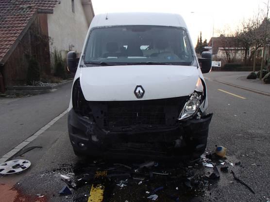 Der Lieferwagenfahrer wurde mit leichten Verletzungen in ein Spital gebracht, ...