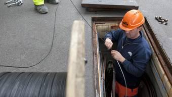 Arbeiter des EWZ verlegen Glasfaserkabel in der Zürcher Innenstadt. key