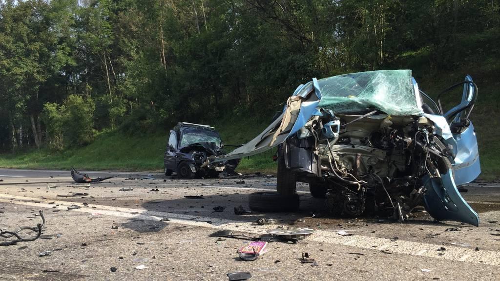 Der Anblick ist grauenhaft: Die beiden Unfallautos auf der Oberlandautobahn am Samstagmorgen.