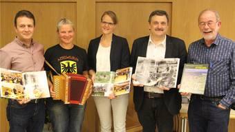 Gemeinderat Markus Baumann, Käthi Reinhard, Ammann Katrin Burgherr, Autor Markus Widmer-Dean und Ruedi Hunziker (v.l.).